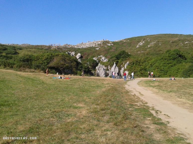 Camino de Acceso a la Playa de Gulpiyuri (Asturias)
