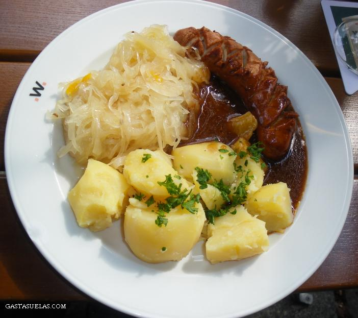 Típico plato de salchicha con chucrut (Berlín, Alemania)
