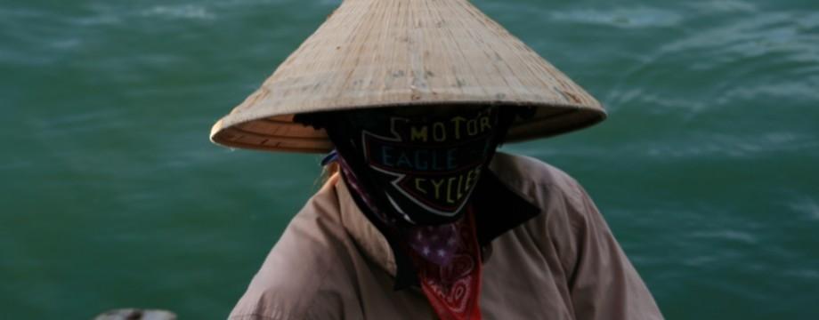 Mujer con rostro tapado en Ha Long