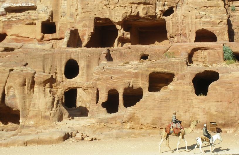 Antiguas tumbas en la ciudad de Petra (Jordania)