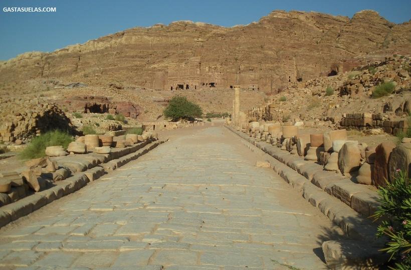 Calle Columnada y Tumbas Reales al fondo (Petra)