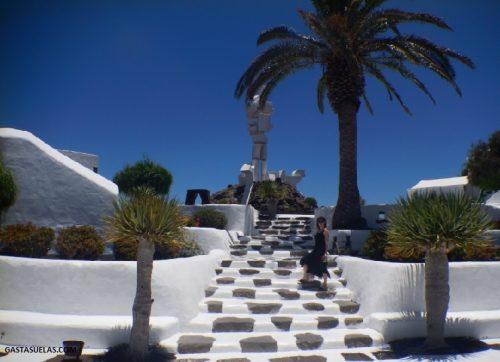 Casa Museo del Campesino y Monumento a la Fertilidad (al fondo)