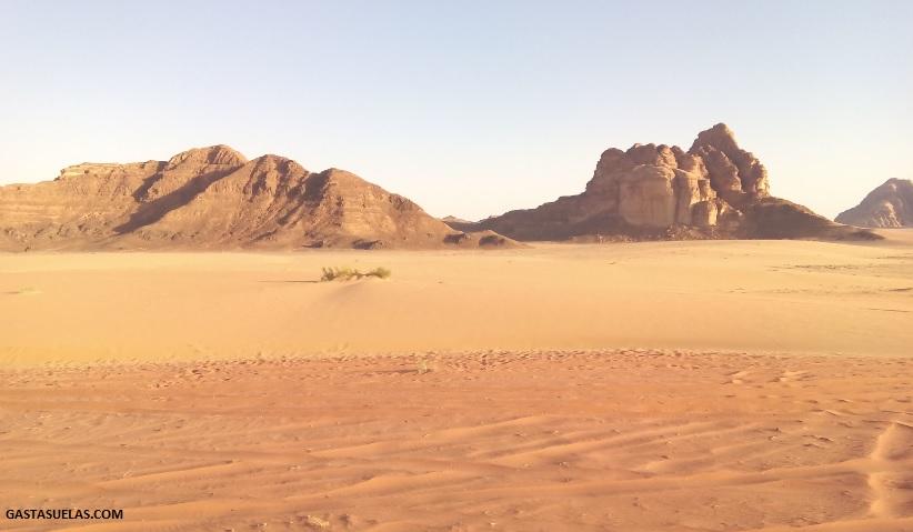 Arena de colores en el desierto de Wadi Rum (Jordania)