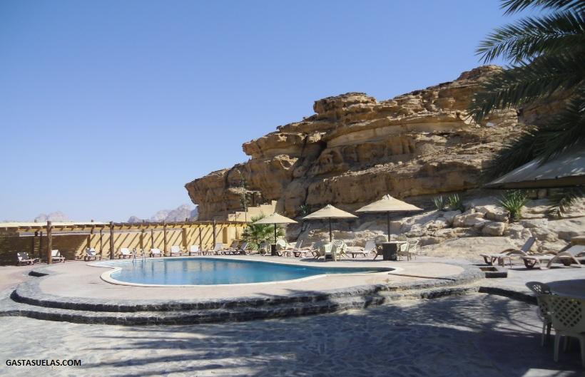 Piscina en el campamento de Wadi Rum (Jordania)