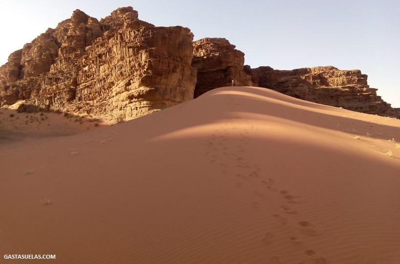 Duna de arena en el desierto de Wadi Rum (Jordania)