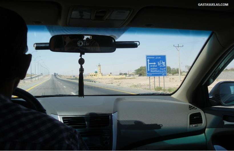 Carretera entre Áqaba y Wadi Rum (Jordania)