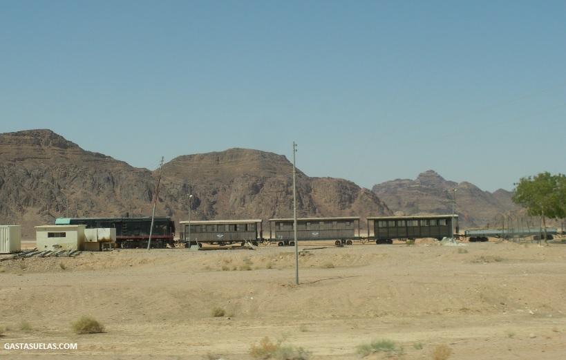 Línea férrea próxima a Wadi Rum (Jordania)