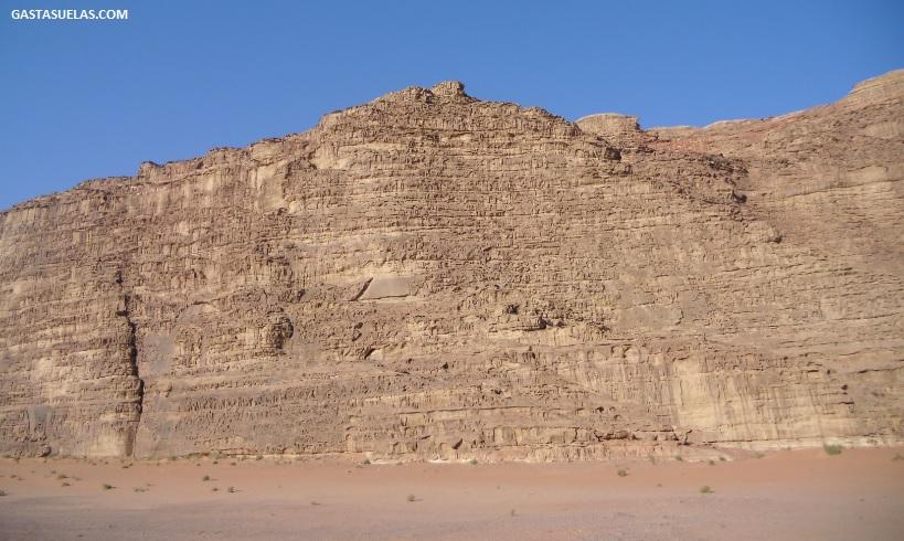 Pared de arenisca en el desierto de Wadi Rum (Jordania)