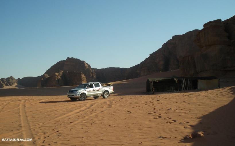Todoterreno y tienda beduina en Wadi Rum (Jordania)