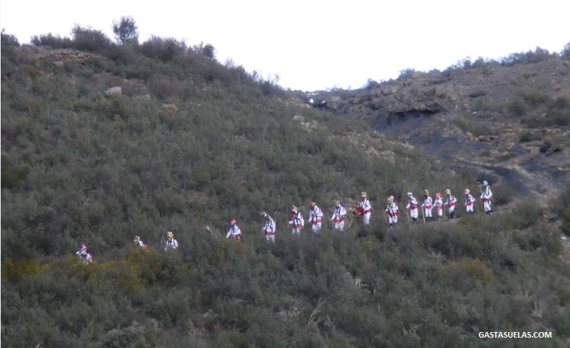 Bajada al pueblo de Los Botargas en Carnaval de Almiruete (Guadalajara)