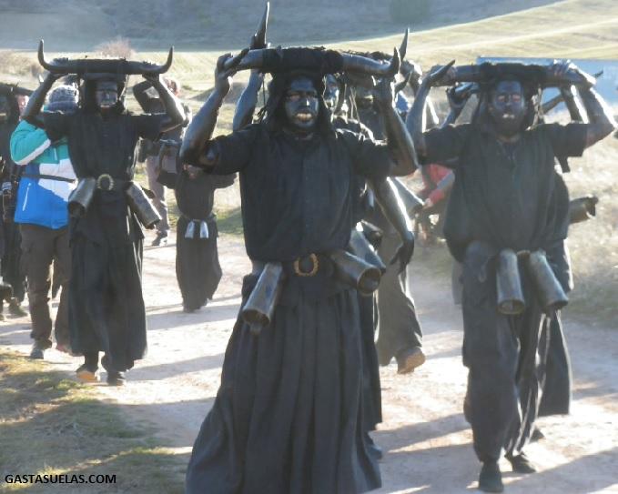 Diablos del Carnaval de Luzón (Guadalajara) por los caminos