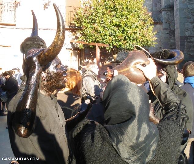 Diablo del Carnaval de Luzón (Guadalajara) hidratándose con moderación