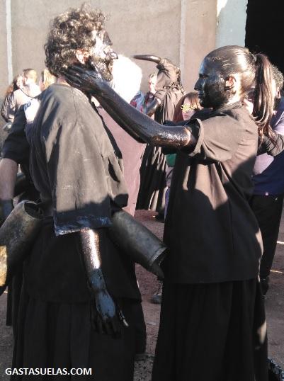 Diablos poniéndose negros en el Carnaval de Luzón (Guadalajara)