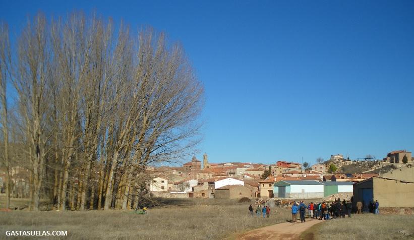 Naves agrícolas y gente a las afueras de Luzón (Guadalajara)