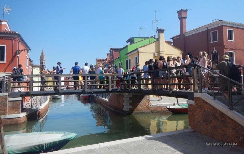 Turistas en la isla de Burano (Italia)