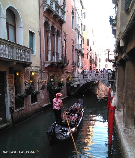 Canal en el Centro histórico de Venecia