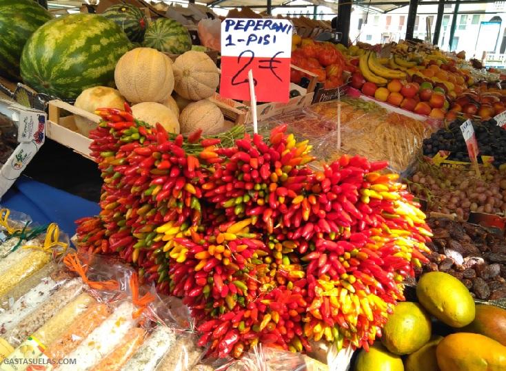 Típico peperoni italiano visto en el Mercado de Venecia
