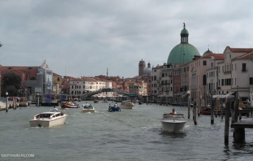Gran Canal de Venecia y Puente de los Descalzos (al fondo)
