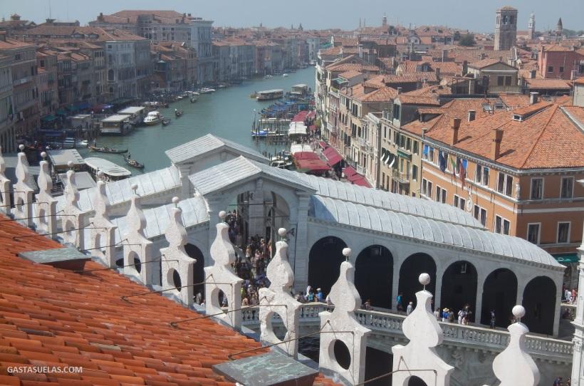 """Vistas del Puente de Rialto y del Gran Canal de Venecia desde el edificio """"Fondaco dei Tedeschi"""""""