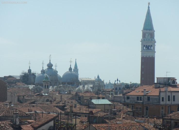 """Vista de los tejados de Venecia y del Campanario de San Marcos desde """"Fondaco dei Tedeschi"""""""
