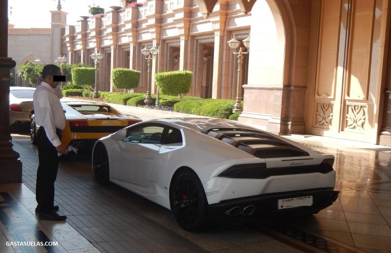 Típico utilitario en Abu Dhabi (Emiratos)
