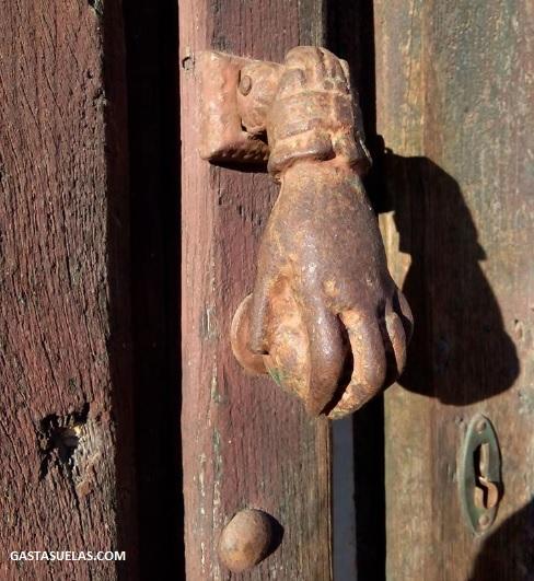 Detalle de una puerta en San Esteban de la Sierra (Salamanca)