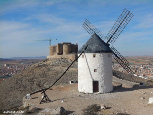 Castillo y molino de viento en Consuegra (Toledo)