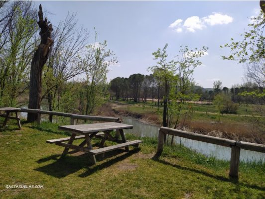 Merendero en el Parque Fluvial de Villamanrique de Tajo (Madrid)
