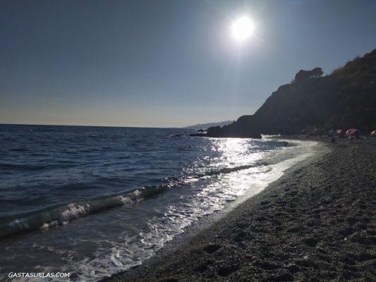 Playa en el Paraje Natural de los Acantilados de Maro-Cerro Gordo (Nerja, Málaga)