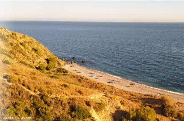 Playa en el Paraje Natural de los Acantilados de Maro-Cerro Gordo en Nerja (Málaga)
