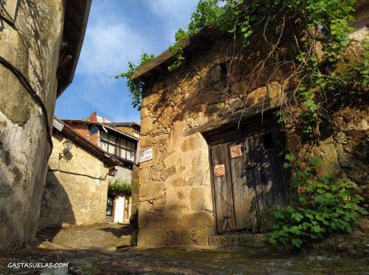 Calle en el pueblo de Cepeda (Sierra de Francia, Salamanca)